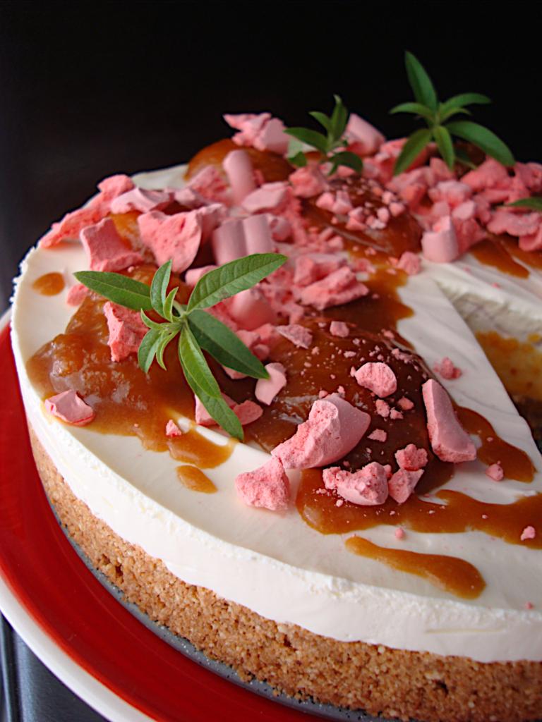 Cheesecake-xoris-psisimo-me-freska-verikoka-saltsa-kai-maregkes-2
