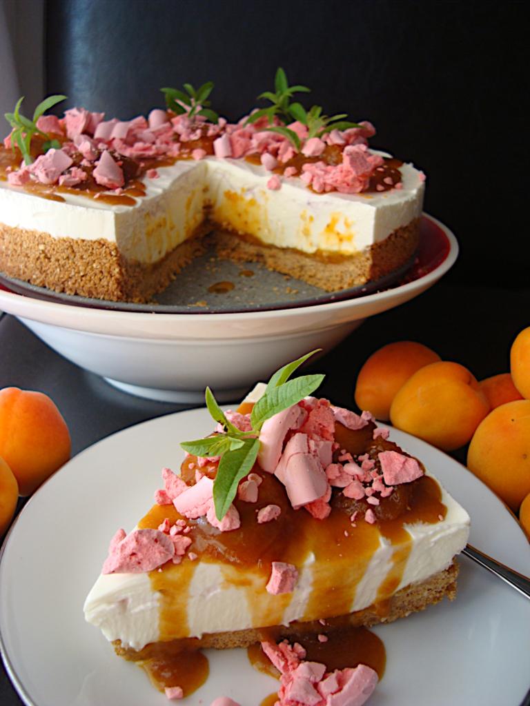 Cheesecake-xoris-psisimo-me-freska-verikoka-saltsa-kai-maregkes-3