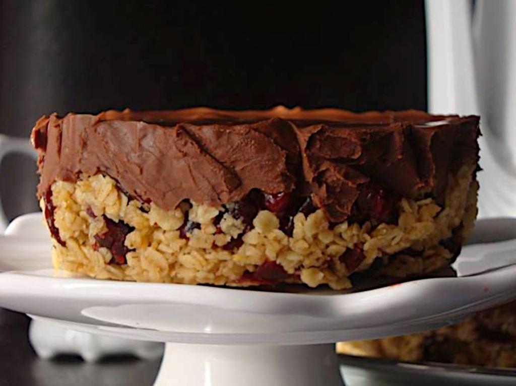 Tarta-sokolatenia-me-tachini-kai-vasi-vromi-me-cranberries-1