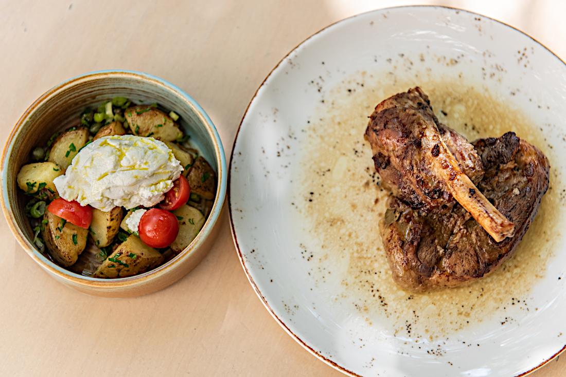 Κατσικάκι στο φούρνο με ζεστή πατατοσαλάτα και ξινοτύρι
