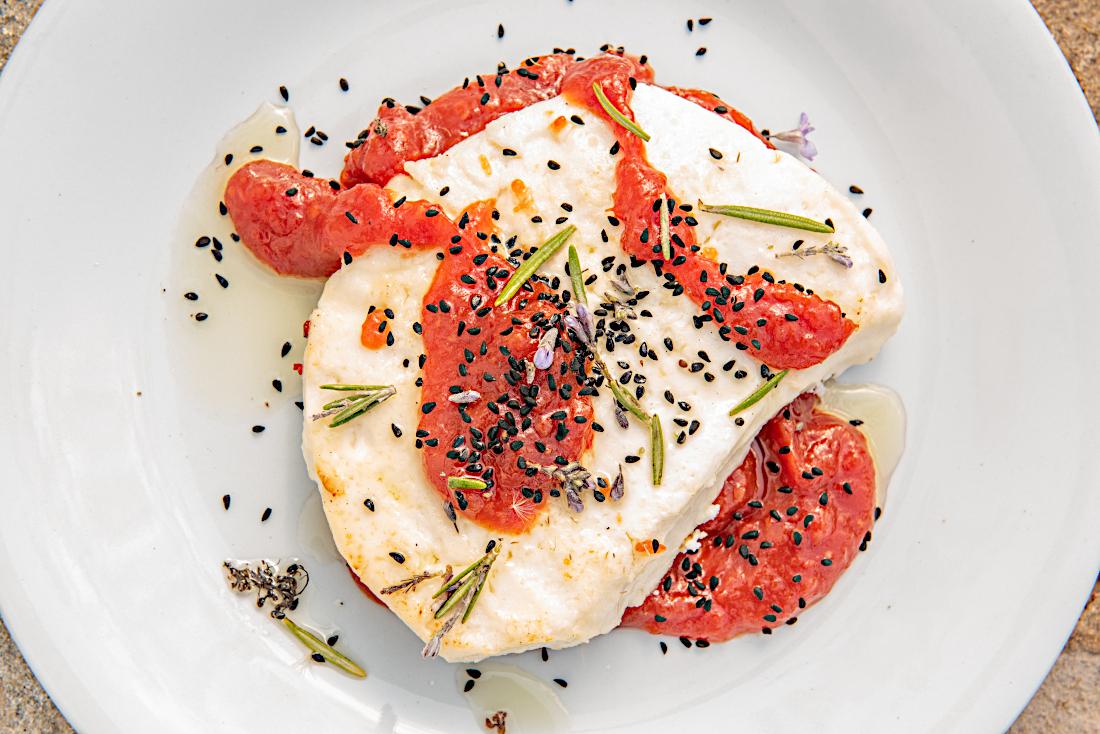 Ορεκτικό με τυρί καστελάνο και μαρμελάδα ντομάτας
