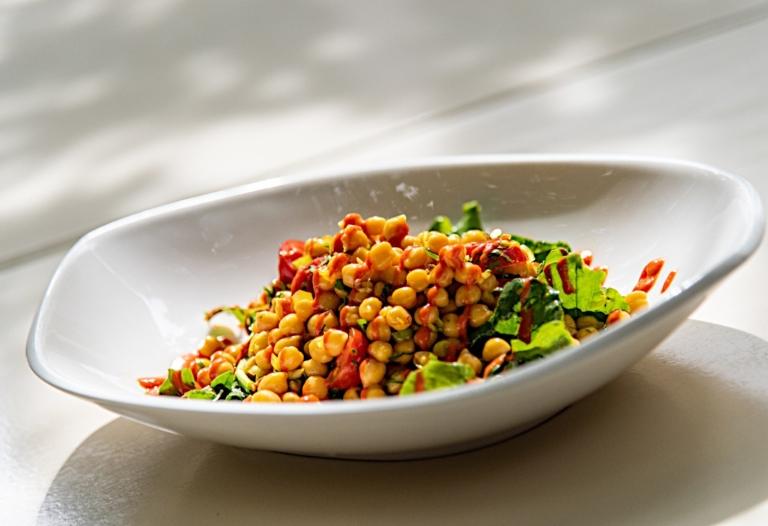 Σαλάτα ρεβίθια με ρόκα, ζαφορά και σάλτσα ψητής πιπεριάς