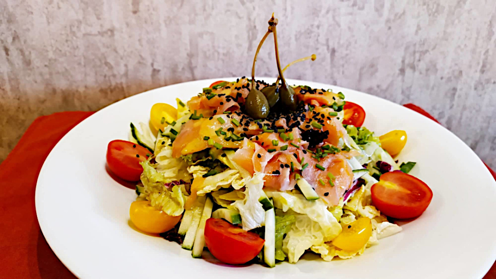 Salata-prasinh-me-solomo-tou-Manwmh-1