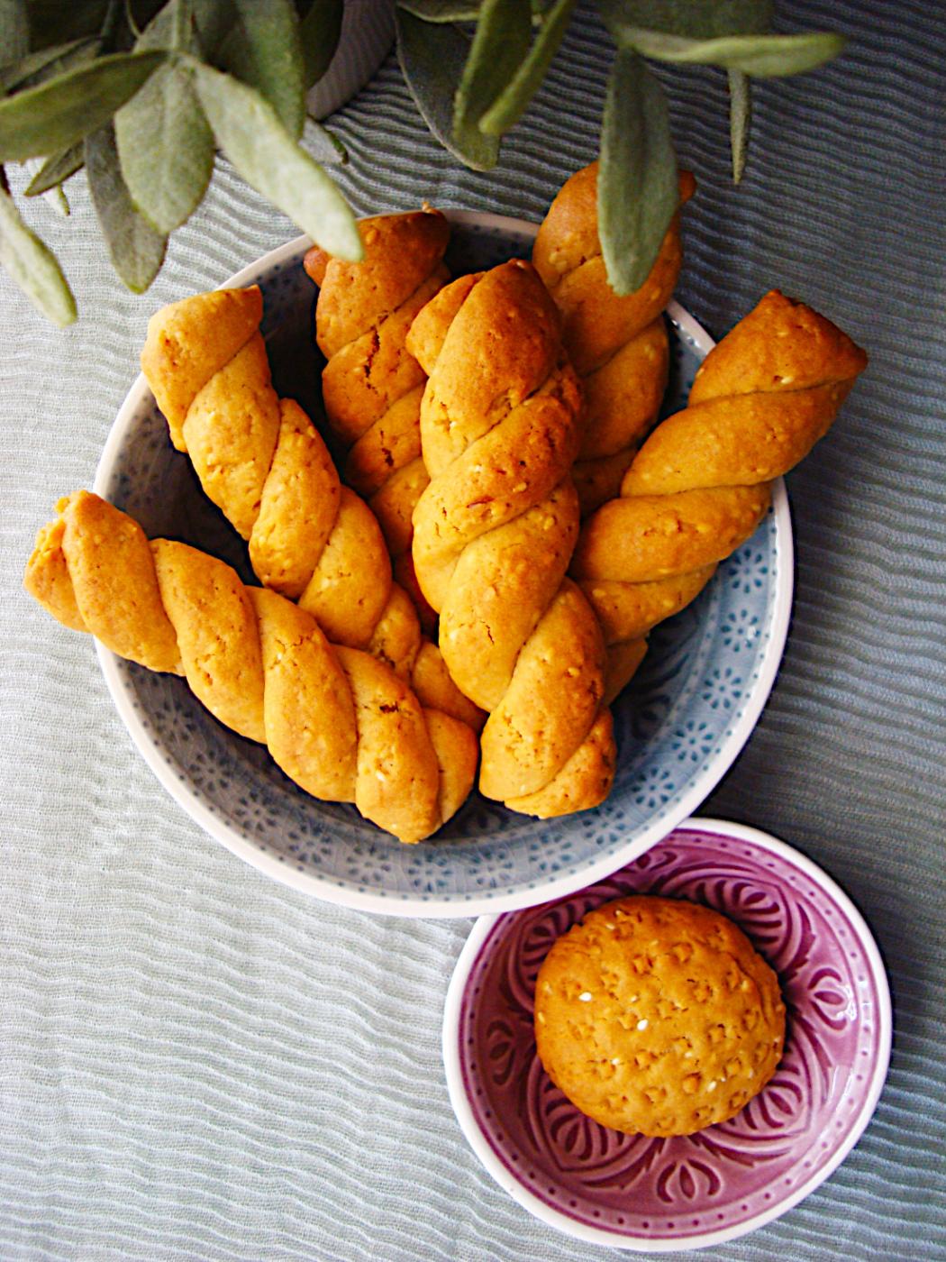 Koulourakia-nhstisima-me-tachini-portokali-kai-pitouro-brwmhs-3